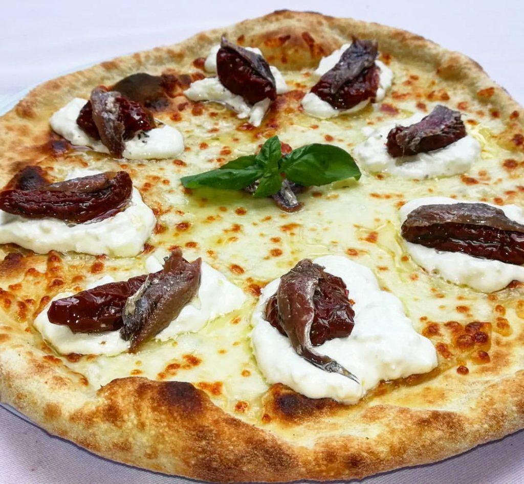pizza con burrata pomodorini alici di cetara